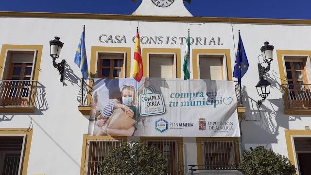 Ayuntamiento de Santa Fe con el comercio local.