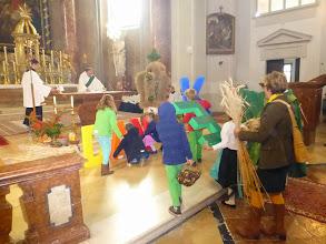 Photo: Die Kinder kommen vom Kinder-Wortgottesdienst im Pfarrzentrum in die Kirche.