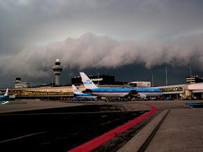Photo: Noodweer (rolwolk) nadert Schiphol, 17-07-2004. Cumulonimbus arcus
