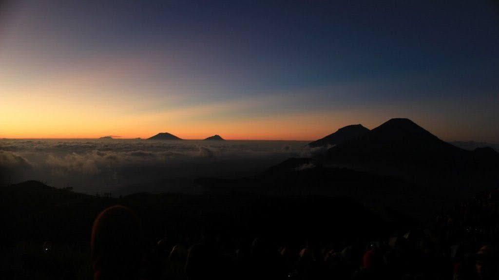 siluet gunung lain pada pagi hari