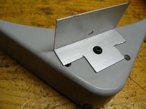 Photo: Quito la tapa al boiler y le atornillo un soporte para el termostato