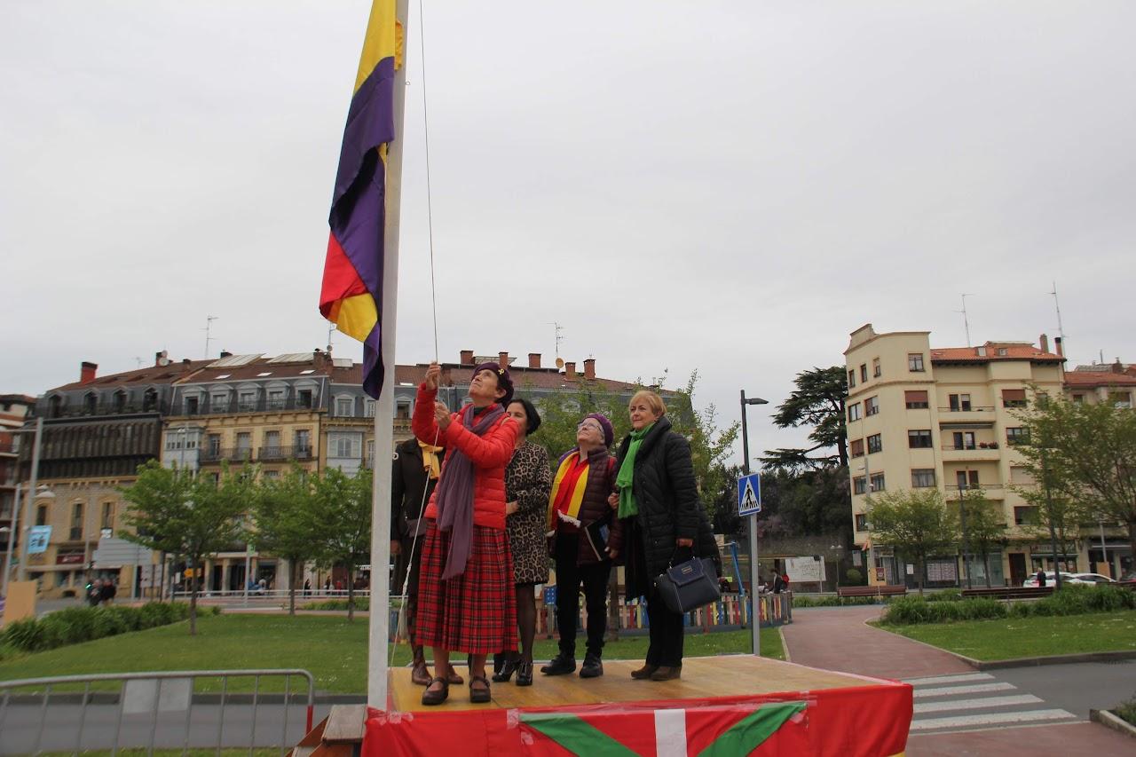Momento de la izada d ela bandera republicana en Irun