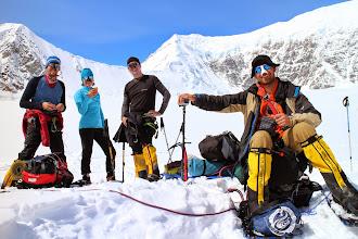 """Photo: Kierujemy się z naszymi saniami dalej w górę. Gdy wjechaliśmy do właściwej bazy drugiej to nas ugościły """"Himalaya sisters"""" wspaniałym indyjskim czajem z mlekiem. Chwilę potem czekało nas strome podejście, które wycisnęło z nas wiele potu. Góra nie była tak litościwa jak dzień wcześniej, ale za to wynagradzała nasz trud cudownymi widokami. Odciski na stopach utrudniają podejście i zmęczeni rozkładamy obóz poniżej """"Kahiltna Pass"""". Wybraliśmy miejsce gdzie nikogo nie było w pobliżu. Trochę ryzykujemy , bo jest to teren zagrożony lawinami, ale za to mamy gotowe wykopane platformy pod namiot i nie musimy dużo kopać naszymi łopatami śniegowymi aby osłonić się od wiatru. Na obiad Jacek przygotował wyśmienity ryż z tuńczykiem i sosem chilies. Na noc, aby nie zmarznąć po raz kolejny, założyłem ubrania puchowe."""