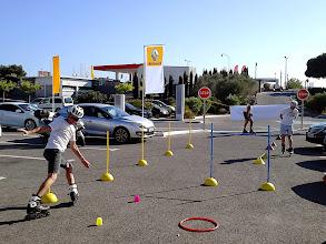 Photo: Le 1er jour, samedi, nous étions sur une allée de parking juste devant l'entrée. Ici les 3 encadrants font des démonstrations.