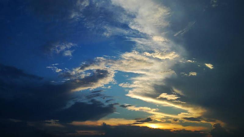 Nuvole alla luce del tramonto di Arianna Marini