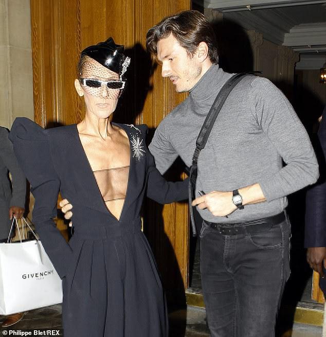 Celine Dion lại gây sốc khi diện váy xẻ sâu khoe ngực với cơ thể nhăn nheo - ảnh 3