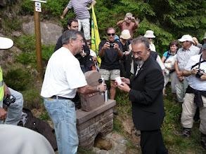 Photo: Un maire de la vallée de la Plaine apporte de l'eau