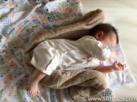 バスタオルを丸めたものをU字に股に挟む