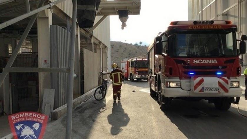 Bomberos en el almacén de Cosentino donde se ha producido el incendio (Foto: Bomberos del Levante).