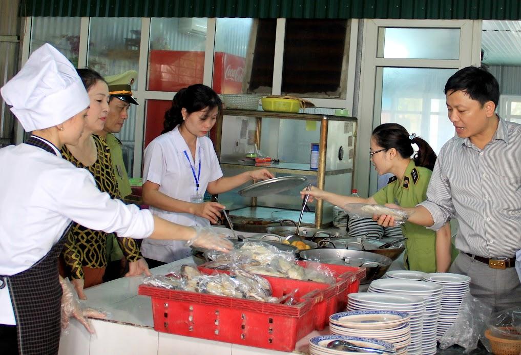 Lực lượng chức năng kiểm tra công tác vệ sinh an toàn thực phẩm tại nhà hàng