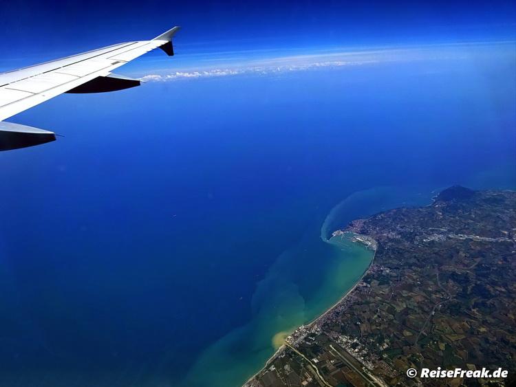 Blick über Ancona (liegt in der Bucht), die Costa Conero mit dem Berg und links im Auslauf der Bucht der Flughafen von Ancona