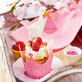 Het is een meisje! Framboos & witte chocolade geboorte cupcakes