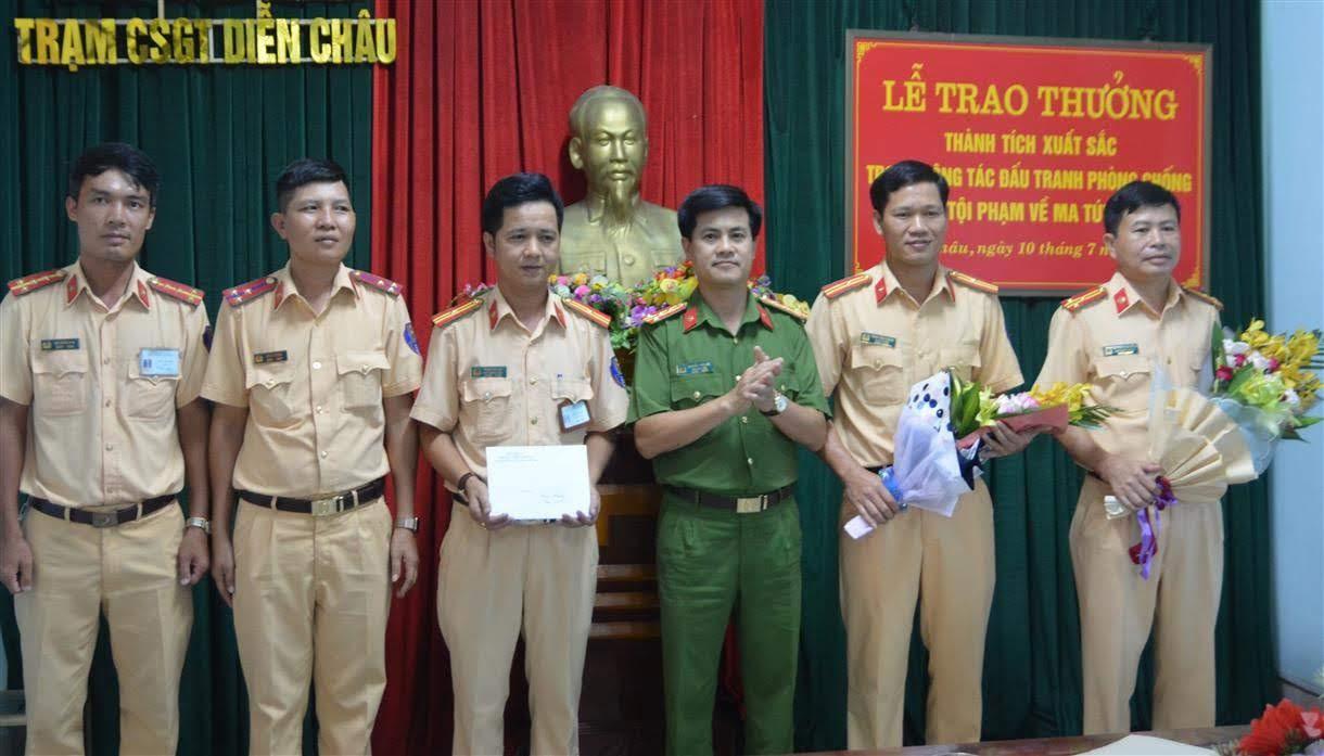 Đồng chí Đại tá Nguyễn Đức Hải, Phó Giám đốc Công an tỉnh trao thưởng cho  Trạm CSGT Diễn Châu vì thành tích xuất sắc trong đấu tranh với tội phạm ma túy