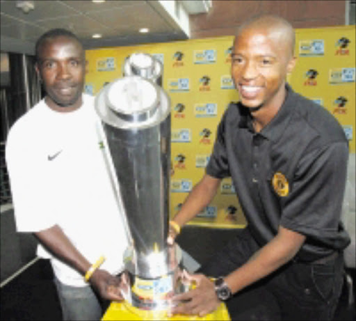 HANDS ON: Mamelodi Sundowns captain Michael Manzini, left, and Kaizer Chiefs skipper Jimmy Tau hold the MTN8 trophy after it was unveiled in Johannesburg yesterday. PIC: Veli Nhlapo. 15/09/2008.