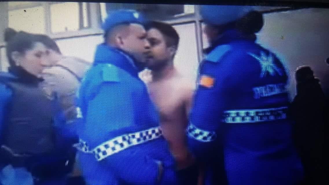 Gran polémica por un video de un hombre detenido por agresiones en un operativo de Tránsito