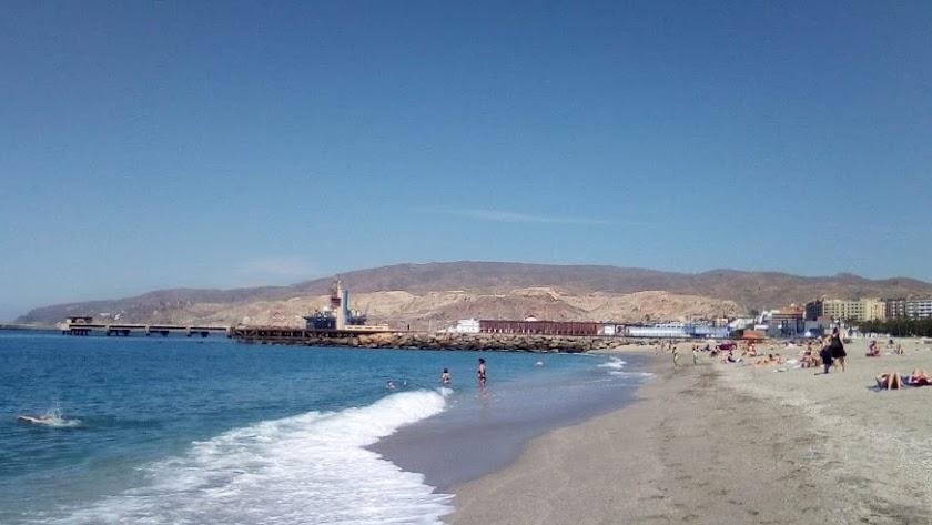 Imagen de la playa de El Zapillo de este lunes, 25 de mayo.