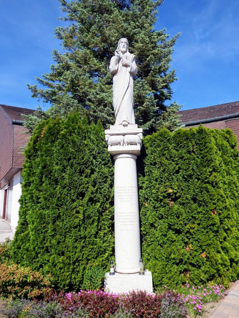 Győr-Nádorváros - Tápláló és tanító Krisztus a Szentlélek-templom bejárata előtt