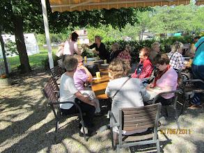 Photo: Kahvittelijoita riitti moneen pöytään.