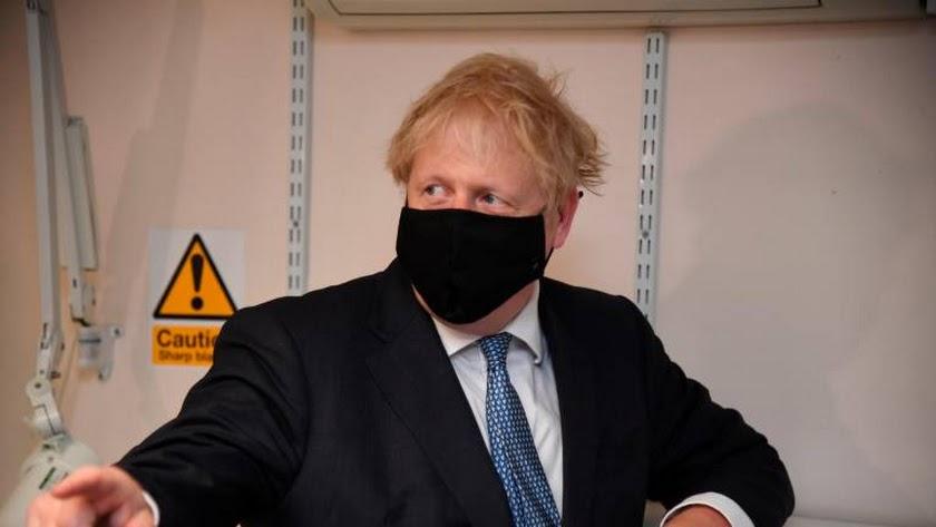 Boris Johnson con mascarilla.