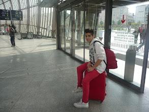 Photo: El Bernat es movia amb molta agilitat amb la maleta.