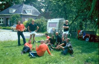 Photo: Napraten de ploegen Kampstraat en Hoofdstraat enz. Pinksteren 1981 Oranje shirts v.l.n.r. Geert Sijbring, Roelof Vedder Hzn., Hendrik Mennega Jzn. en Henk Popkes Zwarte shirts: Roelof mennega Jzn., Rieks Hadderingh, Willem Hilberts, Jan Scheper en G. Moek. Staand Egbert Nijhof