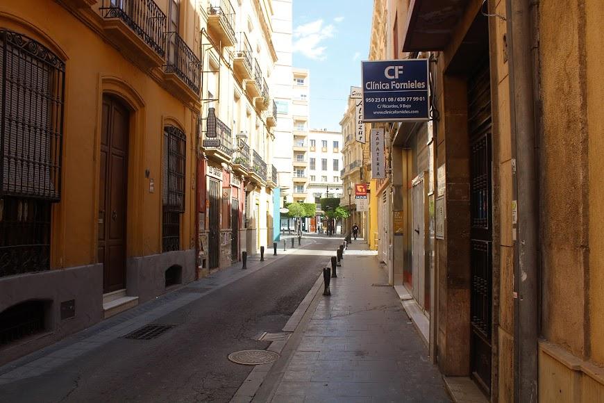 Calle Ricardos y el único establecimiento abierto en esa céntrica calle, el estanco.