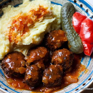 Chifteluțe marinate cu piure – Marinated meatballs with mashed potatoes.