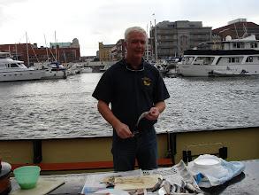 Photo: Dave Borstlap bereidt de maatjes haring voor