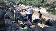 Voluntarios limpiando la fuente. Imagen de J.A. Muñoz.