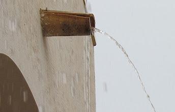 Photo: Spanska regnvattenrännor.. på vårat hus. Inte helt kul att sitta ute och få denna stråle på sig, därför har vi inga möbler utmed huskroppen