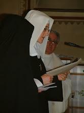 Photo: Sr. M. Giuliana legge la cedola di Professione nella quale esprime pubblicamente la sua decisione di consacrarsi a Dio per sempre