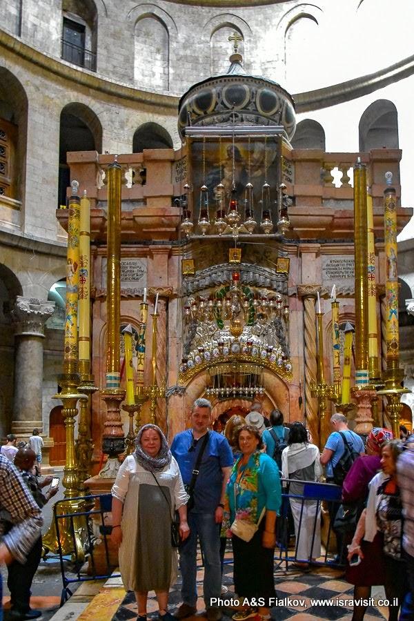 Гроб Господень – Кувуклия. У входа. Гид в Иерусалиме Светлана Фиалкова с туристами на экскурсии в Храме Гроба Господня.