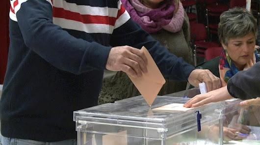 Imagen de una persona votando en un colegio electoral.
