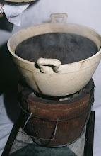Photo: 04627 広州市/野味香飯店/料理/折骨生燉狗/犬肉の鍋物。犬肉のぶつ切りが煮えたところにレタスを入れて食べる。すりごまと味噌が主体の味付け。