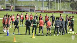 Charla de David Gallego a la plantilla antes de recibir al Real Oviedo.
