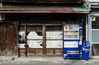 Photo: A soft drink machine sits in front of an old building in Odawara, Japan