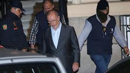 El exvicepresidente del Gobierno y de Bankia, Rodrigo Rato, acompañado por la Policía.