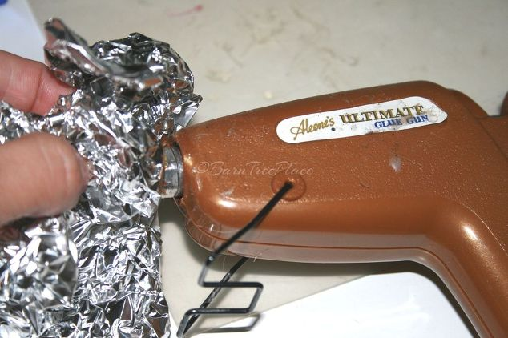 Cleaning a glue gun with foil