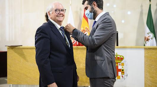 Emilio Gómez-Lama recibe el Escudo de Oro de Almería