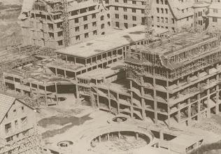 Photo: Hotel Quitandinha em construção. Vista geral aérea. Foto da década de 40