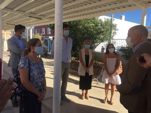 El consejero charla con maestras del Colegio Blas Infante.