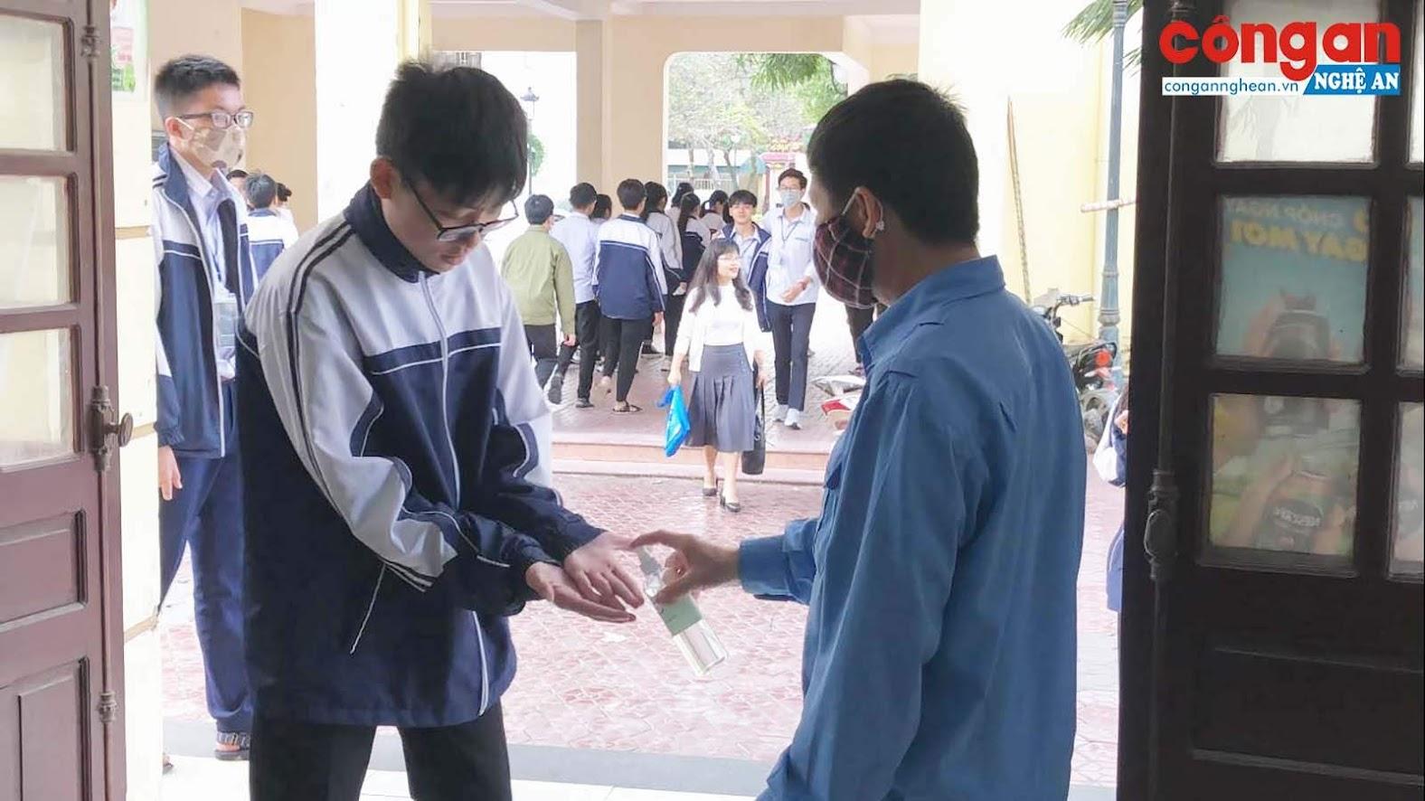 Học sinh Trường THPT chuyên Phan Bội Châu, Nghệ An khử khuẩn trước khi vào căng tin (ảnh tư liệu, 3/2020). Ảnh: Bình Minh