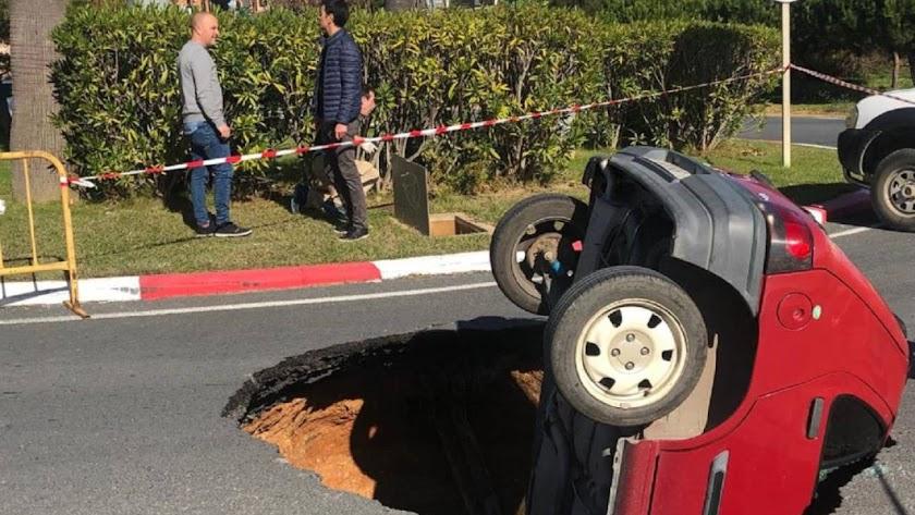 Un socavón se ha tragado al coche. (Foto cedida a la SER por Canal Costa TV)