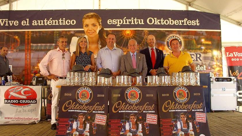 El alcalde de Roquetas, Gabriel Amat, junto al promotor, Santiago Gallego, y concejales.