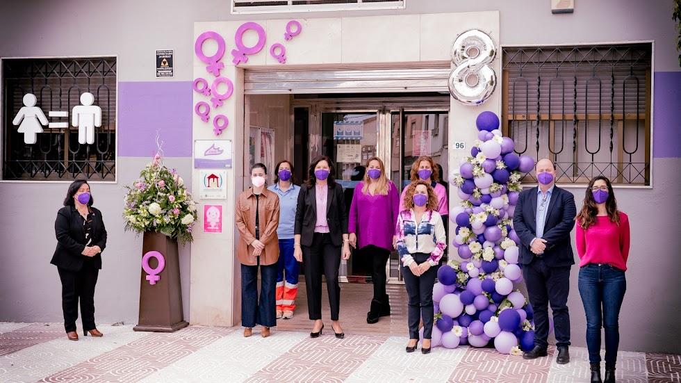 El Centro Municipal de Información a la Mujer de Roquetas, decorado por el 8M.