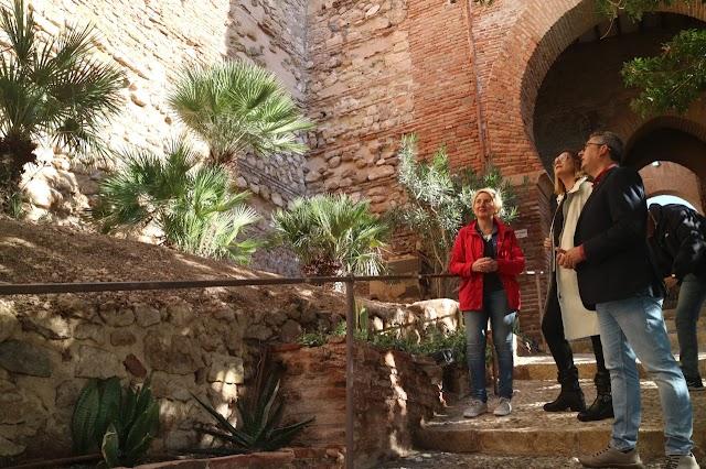 La delegada territorial, Eloísa Cabrera, visitando la muralla intervenida.