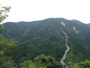坊主山(中央右)と左に登路の尾根
