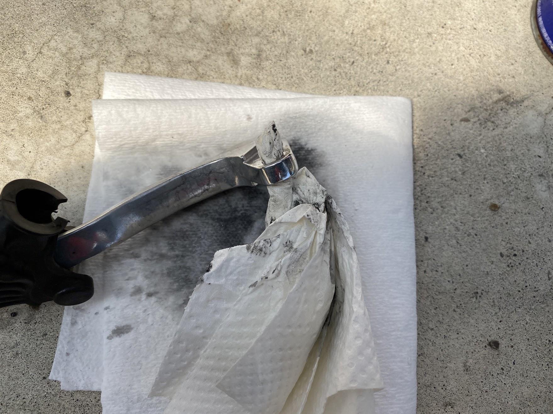クラッチレバーの清掃タオルを突っ込む