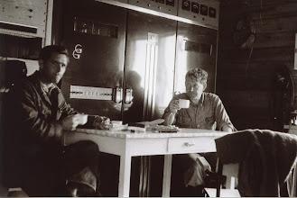 Photo: Inne senderhus, Lyheia.Tekniker Salte, Stavanger Kringkaster til v. Ivar Slengesol til h. Ca. 1954