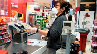 Empleada con mascarilla por coronavirus de los supermercados Dia.